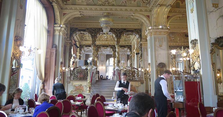 「世界一美しいカフェ」とも言われるブダペストのニューヨーク・カフェ