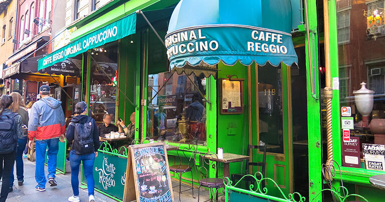 グリニッジ・ビレッジにある「カフェ・レッジオ」。有名・無名を問わず多くのアーティストが訪れた