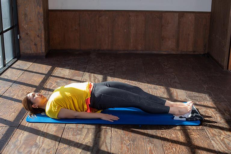 ②その状態から脚を伸ばし、またお尻側に戻すという動作を繰り返します。その際にお尻が落ちないように意識しましょう。