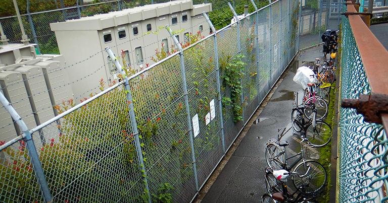 駒場東大前駅の西側では、空川の暗渠の上が自転車置き場になっている。画面奥は京王井の頭線の線路