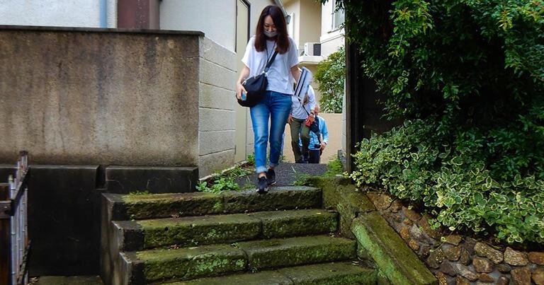 三田用水の暗渠の上を越える階段。暗渠の土管が埋まっていると知らなければ、理解しがたい凸凹だ