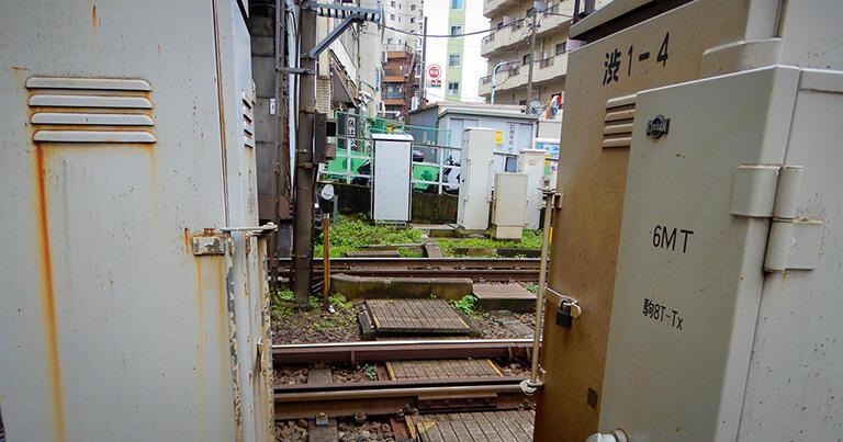 神泉駅の構内では、線路を神泉谷支流の水路が蓋暗渠となって横切っている