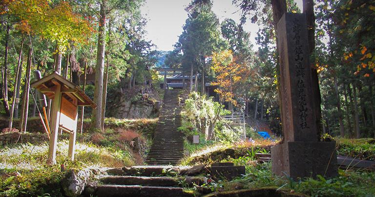 銀山地区にある佐毘売山(さひめやま)神社。訪れる人も少なく急勾配の石段が歪んでいる