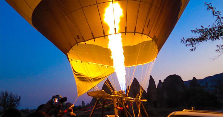 気球に熱い空気を送り、膨らます。カッパドキアでは毎朝、こうしたバルーンツアーが出発している