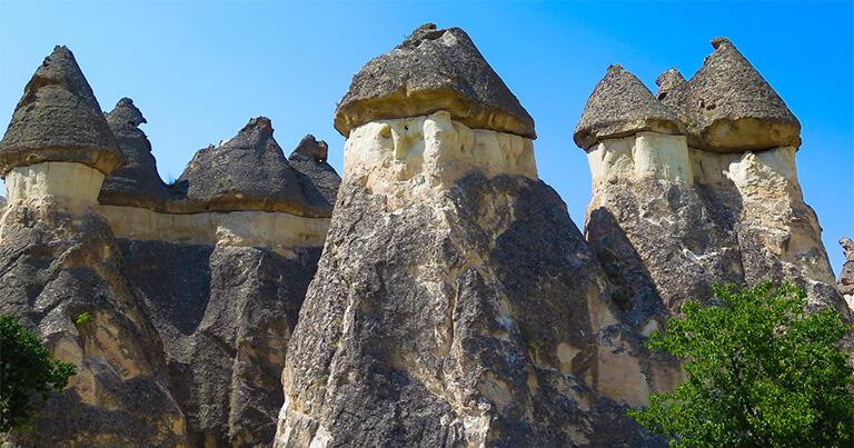 硬い岩が雨風の侵食を防いだため、まるでキノコのような形で残った岩