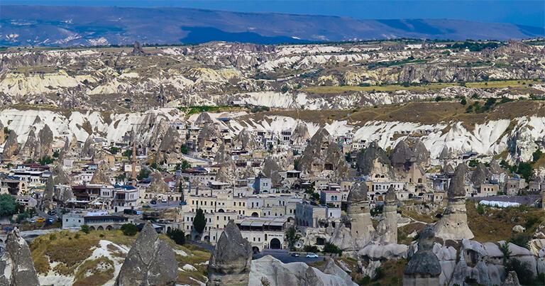 奇岩に囲まれたギョレメの村。カッパドキア観光の中心地でもある