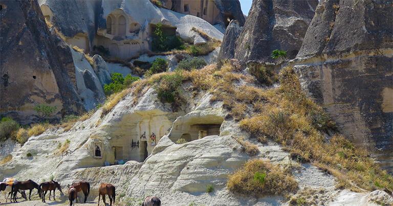 ギョレメの谷にある屋外博物館。崩れたり、風雨に浸食されたりして、きれいに残っている岩窟教会は少ない