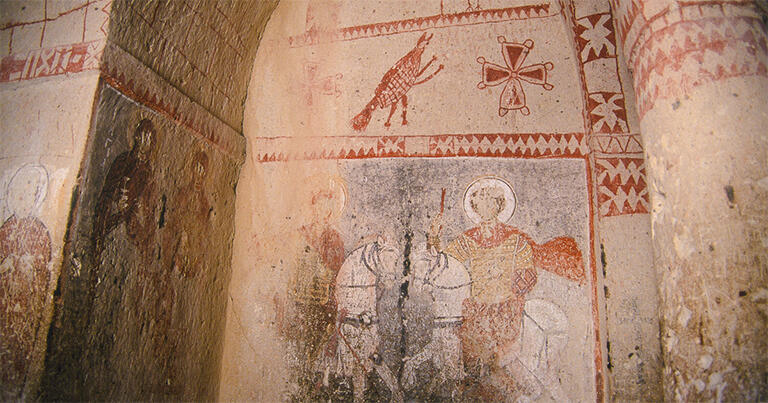 ギョレメ屋外博物館にある聖バルバラ教会の内部。上段の絵は何を表しているのだろうか