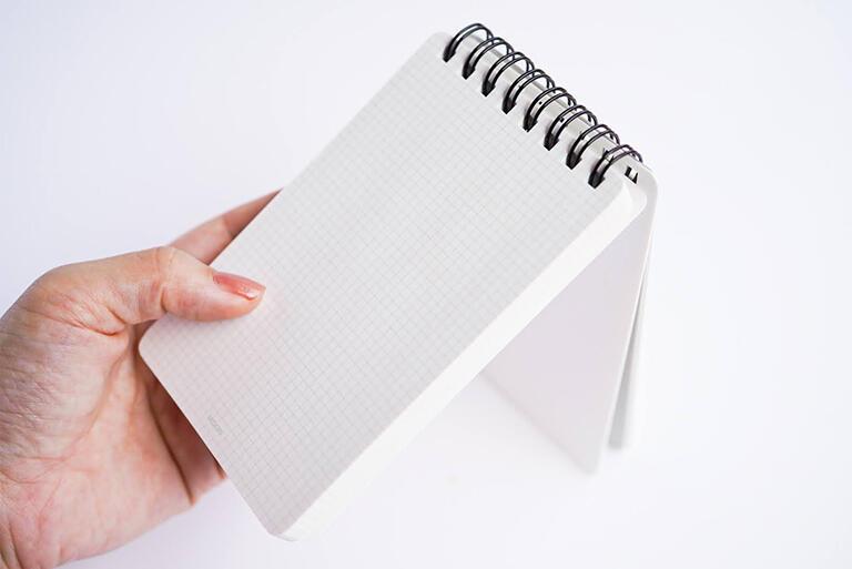メモを書き終えると、書き終えた紙を裏側にめくりますよね。その際に糊付けがはがれますから、書き終えた紙は1枚1枚、バラバラになります。