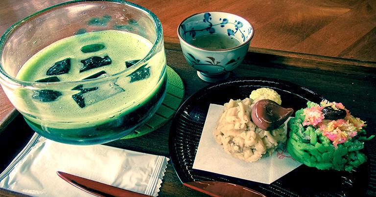 松江の和菓子とアイス抹茶。日本では江戸時代に、お茶と共に和菓子が各地で発展した