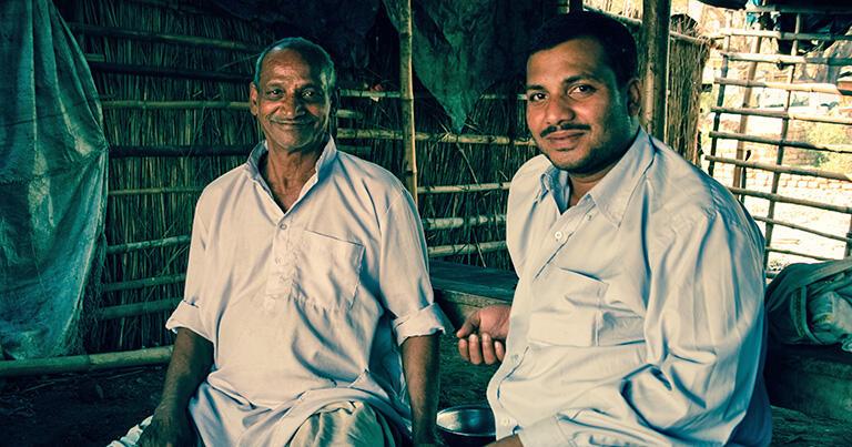 地方の道路沿いにあるチャーイ屋。粗末な小屋だが、インドの人々にはなくてはならない場所だ
