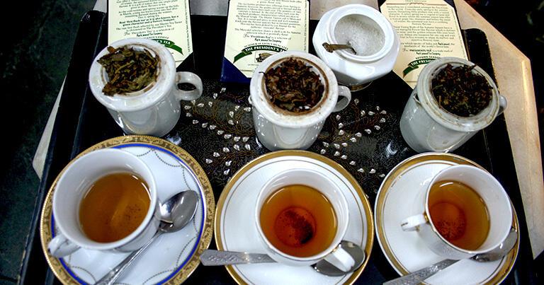 高級店では紅茶の試飲をさせてくれる店もある。アプ・キ・パサンドは海外の要人に献上する茶葉も販売している有名店