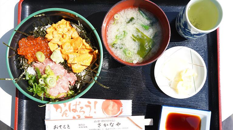 地魚のお食事処「さかなや」の三色丼定食