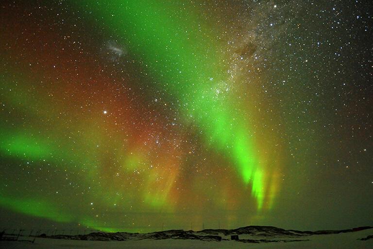 南極で撮影したオーロラと南天の星(撮影:武田康男=第50次南極観測隊員)