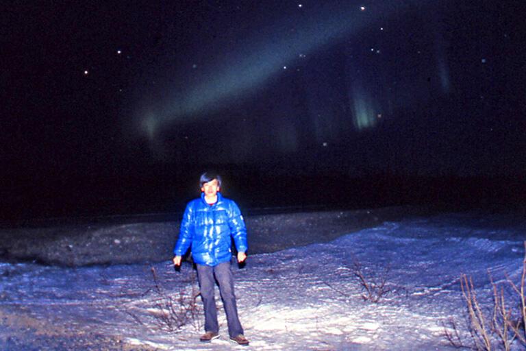 1985年、初めてのアラスカで自撮りでオーロラと記念写真(撮影:武田康男)