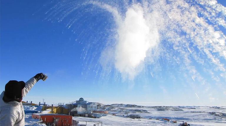 南極で行ったお湯撒き実験の様子。南極基地と千葉県内の高校を通信衛星回線で結び、生中継の授業を行った(撮影:武田康男=第50次南極観測隊員)
