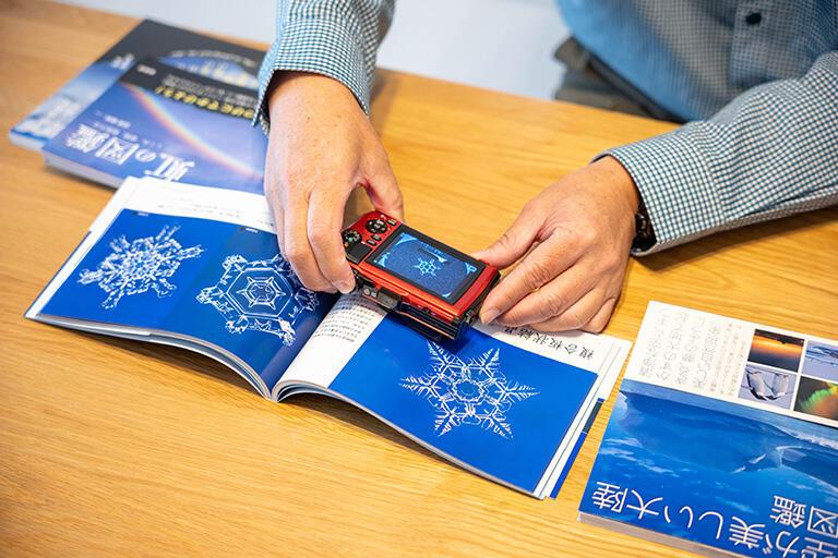 「楽しい雪の結晶観察図鑑」では雪の結晶の撮影方法も紹介されている