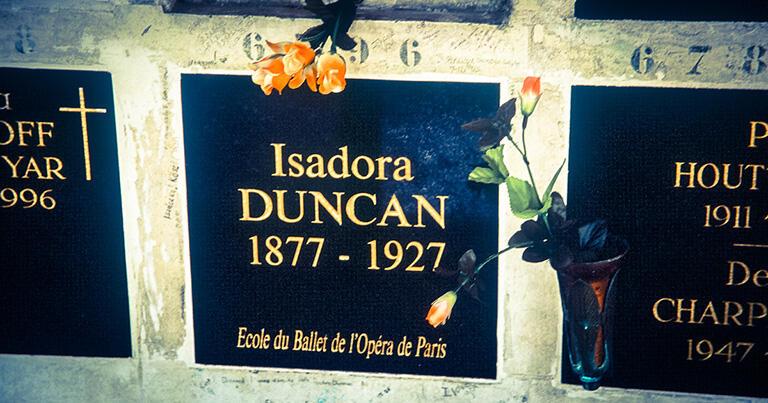 パリのペール=ラシェーズ墓地にあるイサドラ・ダンカンの簡素な墓。墓石には「パリ・オベラ座バレエ学校」の文字が刻まれている