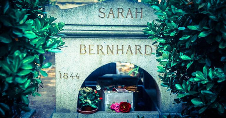ベル・エポックの時代を代表する女優サラ・ベルナール(1844-1923)の墓も、ペール=ラシェーズ墓地にある。イサドラのパリでの正式デビューの場は、1903年のサラ・ベルナール座だった