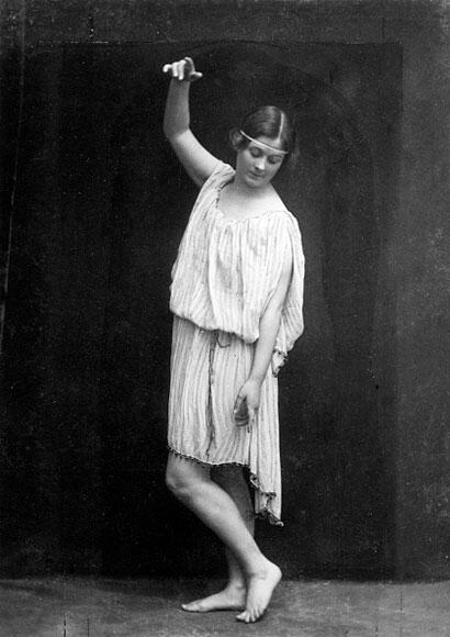 古代ギリシア風の衣装をまとい裸足で踊るイサドラ・ダンカン。その革新的な舞踏で後世のダンスシーンに大きな影響を与えた(Photo by Getty Images)