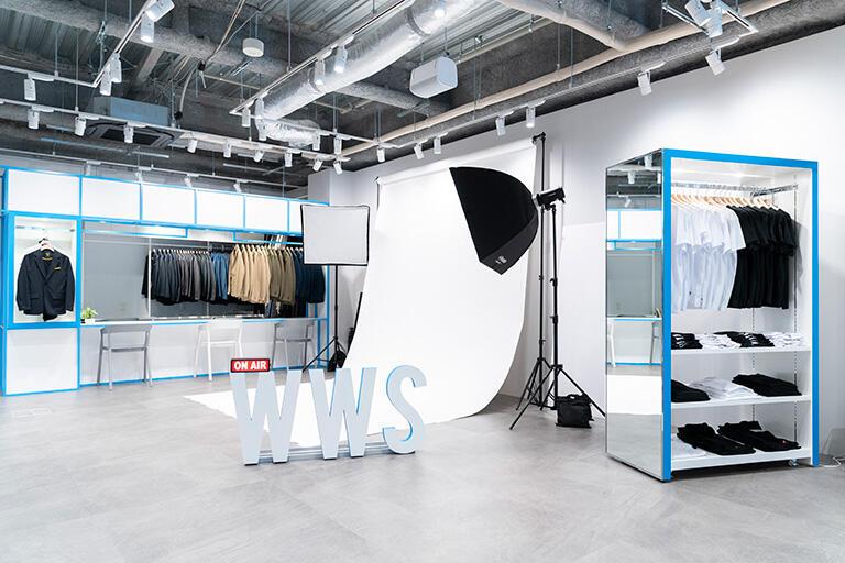 今年4月、東京・新宿3丁目に開設した初の常設路面店。WWSの全アイテムをそろえ、物撮りなどを行う撮影スタジオも併設している