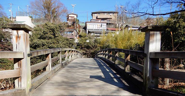 JR猿橋駅から甲州街道を東へおよそ15分で猿橋に到着。対岸の崖の上に住宅が見える