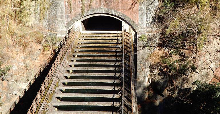 目を凝らすと、水路橋の中に水が流れているのが見える。トンネル抗口のレンガと石積みの組み合わせが美しい