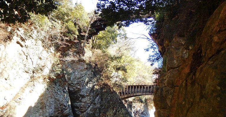 上の大正時代の写真とほぼ同じあたりから私が撮影した写真。上に猿橋、下に第1号水路橋。大正時代にはこの中間にJR中央本線の第二桂川橋梁が通っていた