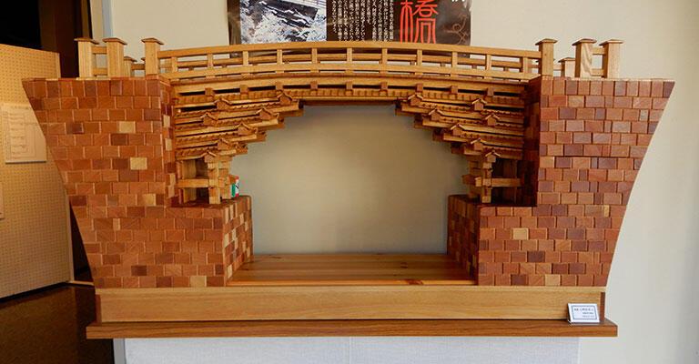 精巧に作られた猿橋の模型(収蔵:大月市郷土資料館)