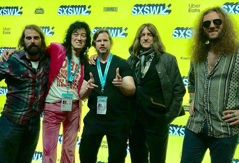 2019年3月テキサス州オースティンで開かれたSXSW映画祭「Mr. Jimmy」プレミア上映のレッドカーペットで。監督のピーター・マイケル・ダウド(中央)と、アメリカのMR.JIMMY Led Zeppelin Revivalバンドメンバー
